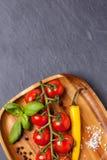 Tomater, peppar och basilika Arkivbild