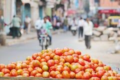 Tomater som är klara att sälja i marknaden Arkivbild