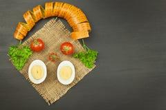 Tomater som bantar mat Förbereda sunda mål trägrönsaker för tabell för ny marknad för bönder Arkivfoton
