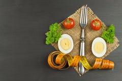Tomater som bantar mat Förbereda sunda mål trägrönsaker för tabell för ny marknad för bönder Arkivfoto