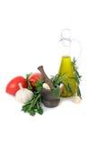 Tomater, vitlök, olivolja och örter för såsförberedelse Royaltyfri Fotografi