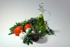 Tomates, ajo, aceite de oliva e hierbas para la preparación de la salsa Imágenes de archivo libres de regalías