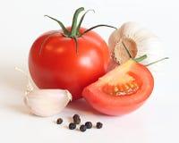 Tomates, ajo y pimienta rojos Imagen de archivo