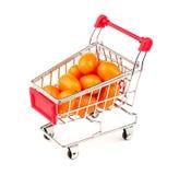 Tomates alaranjados da uva do ouro no mini carrinho de compras Imagem de Stock Royalty Free