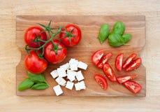 Tomates, albahaca y queso frescos Foto de archivo libre de regalías