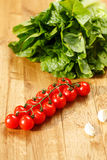 Tomates, alho e alface frescos foto de stock