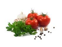 Tomates, alho e salsa no fundo branco Fotografia de Stock Royalty Free