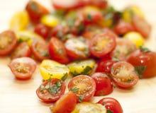 Tomates amarillos y rojos tajados con cilantro Foto de archivo libre de regalías