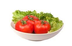 tomates avec de la laitue sur le plat photographie stock