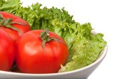 tomates avec de la laitue sur le plat photo stock