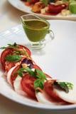 Tomates avec de la sauce verte Photo stock