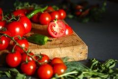 Tomates avec des pappers et des herbes verts Photos libres de droits