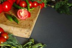 Tomates avec des pappers et des herbes verts Images stock