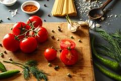 Tomates avec des pappers verts Photographie stock libre de droits