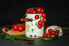 Tomates avec des pappers verts Photo stock