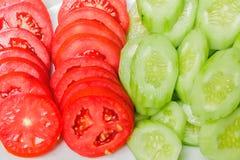 Tomates avec le concombre. Image libre de droits
