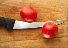 Tomates avec le couteau Photos libres de droits