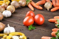 Tomates avec le mélange de légumes sur la table Image stock