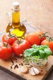 Tomates, azeitona e ervas frescos. vida Imagem de Stock Royalty Free