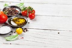 Tomates, basilic, huile d'olive et épices Photographie stock