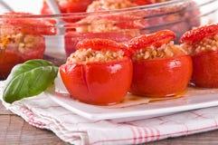Tomates bourrées d'un plat blanc photographie stock