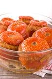 Tomates bourrées d'un plat blanc Images stock