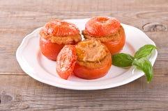 Tomates bourrées d'un plat blanc image stock
