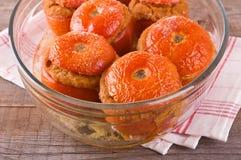 Tomates bourrées d'un plat blanc photographie stock libre de droits