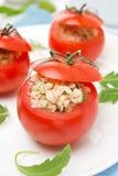 Tomates bourrées de la salade de thon et du bulgur, plan rapproché Photo stock