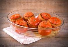 Tomates bourrées sur le bol en verre photographie stock libre de droits