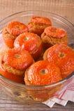 Tomates bourrées sur le bol en verre images stock
