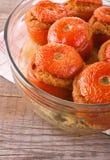Tomates bourrées sur le bol en verre image libre de droits