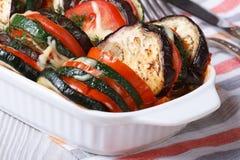 Tomates, calabacín y berenjena cocidos de las verduras con queso Imagen de archivo