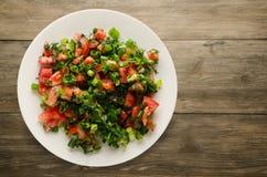 Tomates, cebolla, hinojo en una placa en un fondo de madera tomates, cebolla, opinión superior del hinojo Alimento sano Comida ve Foto de archivo
