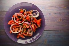 Tomates, cebolla, hinojo en una placa en un fondo de madera tomates, cebolla, opinión superior del hinojo Alimento sano Comida ve Fotos de archivo