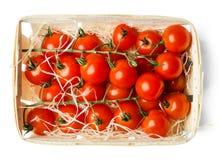 Tomates-cerises app?tissantes fra?ches dans un panier en bois D'isolement sur le blanc Vue sup?rieure photo stock