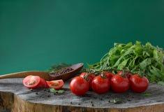 Tomates-cerises avec de la salade verte Nourriture saine Photo stock