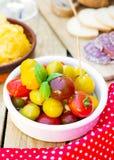 Tomates-cerises avec des olives pour des tapas Photo libre de droits