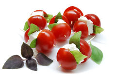 Tomates-cerises avec du fromage et le basilic Images libres de droits