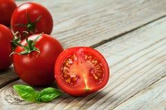 Tomates-cerises avec le basilic Photos stock
