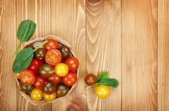 Tomates-cerises colorées sur la table en bois Photos libres de droits