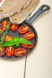 Tomates-cerises cuites au four avec le basilic et le thym Photo libre de droits