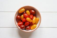 Tomates-cerises d'héritage dans la cuvette Photographie stock libre de droits
