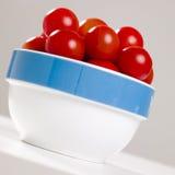 Tomates-cerises dans la cuvette Photographie stock libre de droits