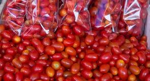 Tomates-cerises dans le panier du marché en plein air Images libres de droits