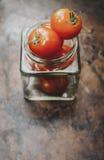 Tomates-cerises dans le pot Photos stock