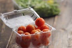 Tomates-cerises dans les plats en plastique Photographie stock libre de droits