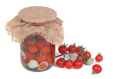 Tomates-cerises en boîte dans un pot en verre et des tomates fraîches Images libres de droits