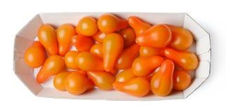 Tomates-cerises en forme de poire dans un carton sur un fond d'isolement blanc Vue sup?rieure photos libres de droits
