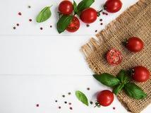 Tomates-cerises et basilic vert Photo stock